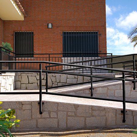Exterior, acceso con rampa