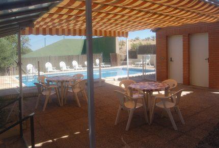 Zona exterior, piscina y frontón